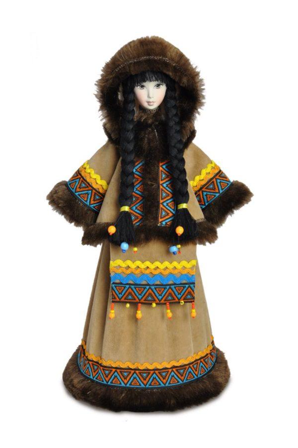 северная кукла в национальном костюме