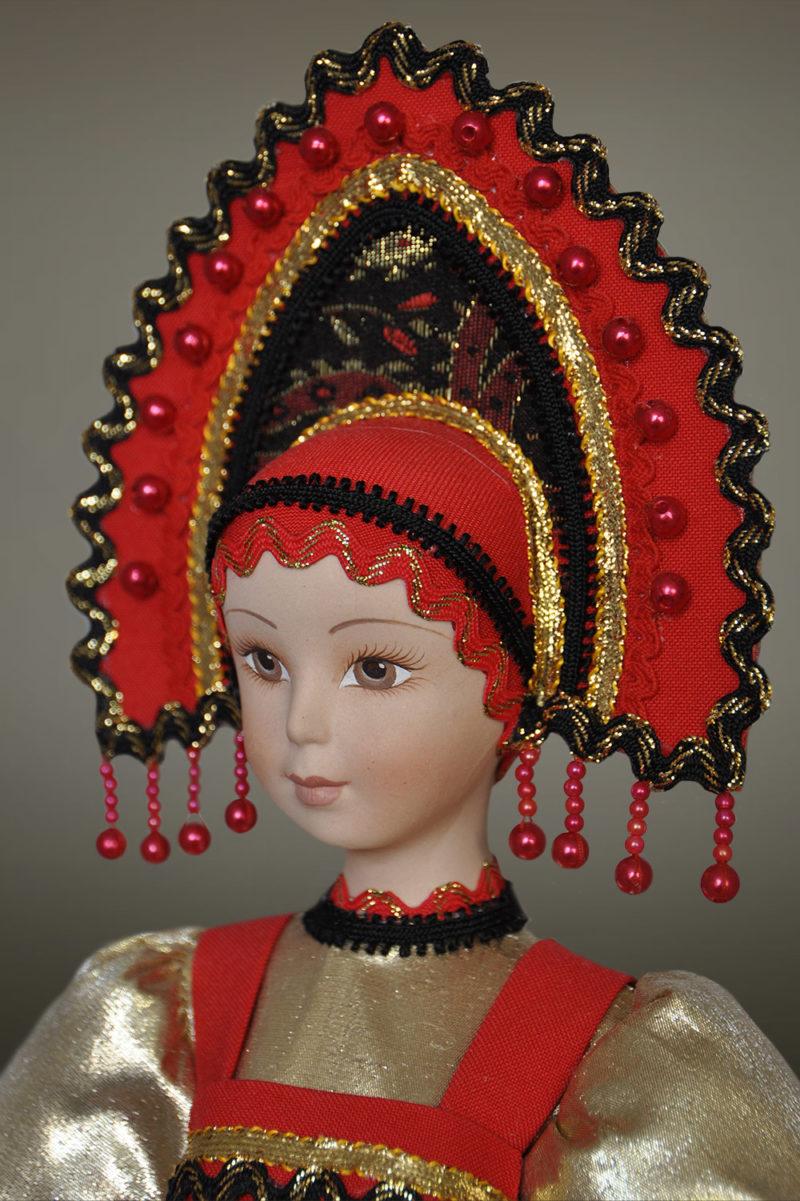 Славянская кукла в народных костюмах в кокошнике